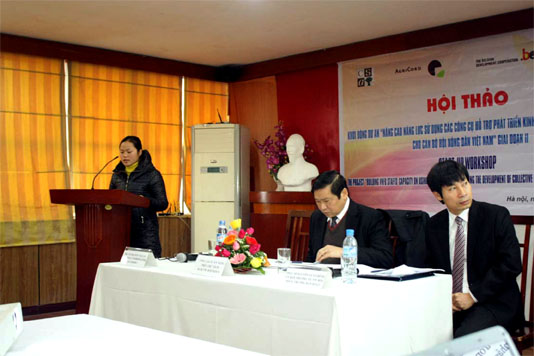 Ms. Hoang Thi Hau, Chairwoman of Thanh Xuan commune farmers' Union, told participants how their cooperative of organic vegetables producer has grown from one group of 11 farmers in July 2008 to 13 groups of farmers supplying Hanoi markets with 23-28 tons of organic vegetables a month.